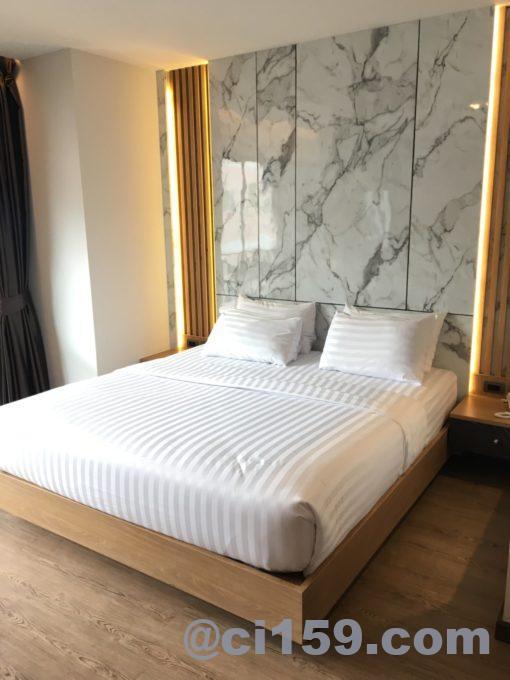 Sleep with me Pattayaのダブルベッド