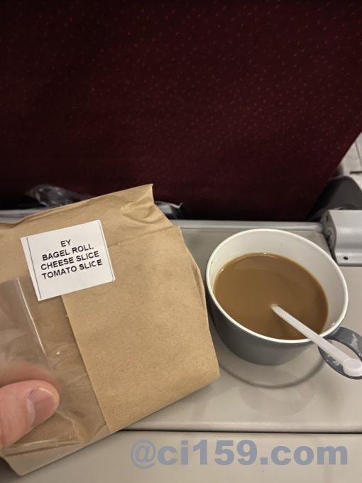 ベーグルサンドとコーヒー