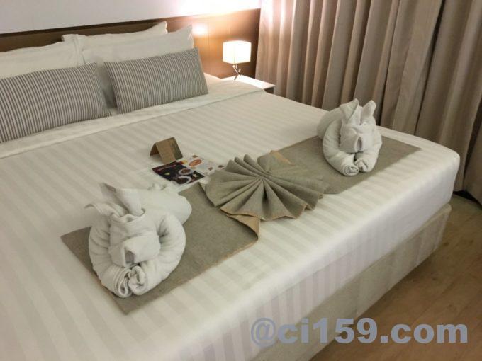 ベッドに置かれたタオル人形