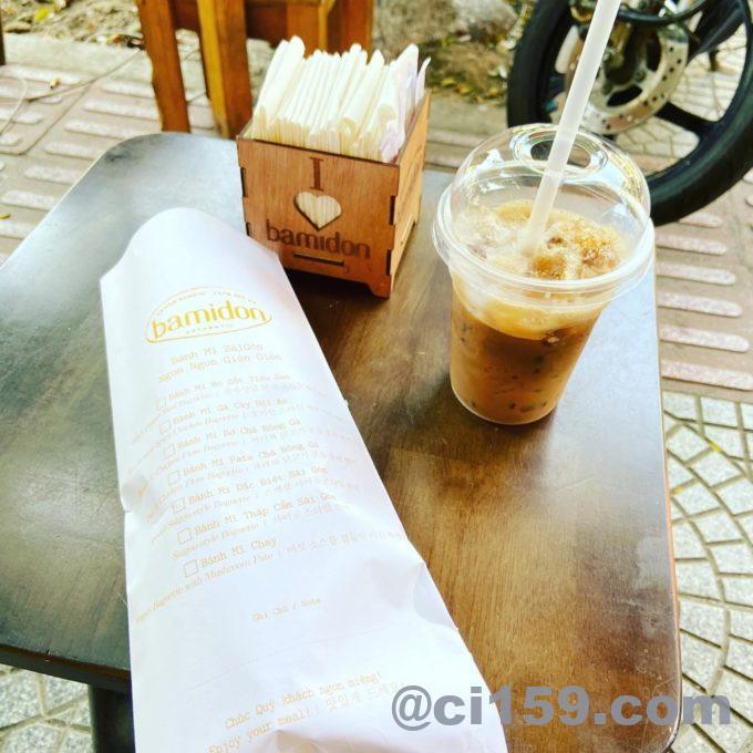 バインミーとアイスコーヒー