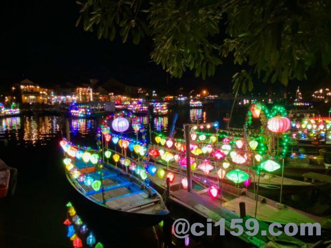 ライトアップされた観光船