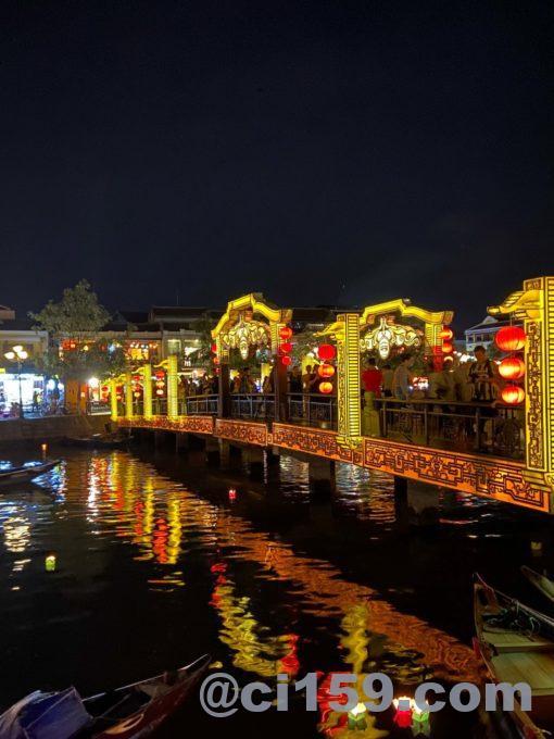 ライトアップされたトゥボン川