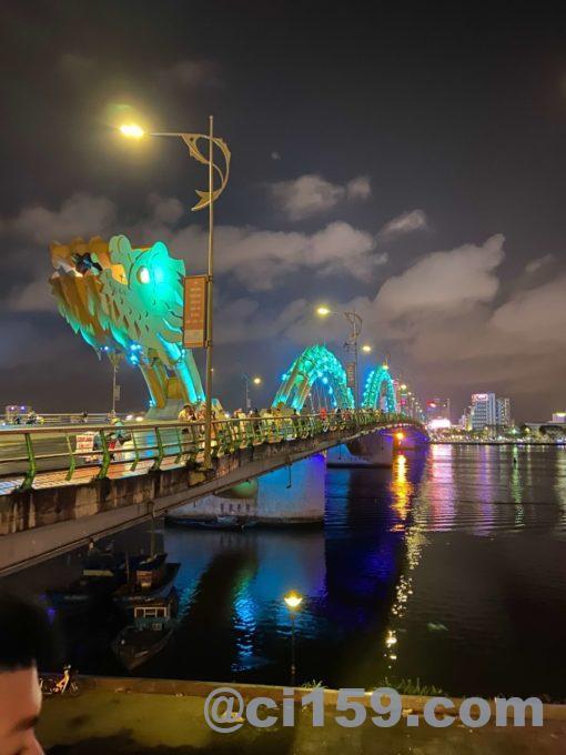 幻想的なドラゴンブリッジ