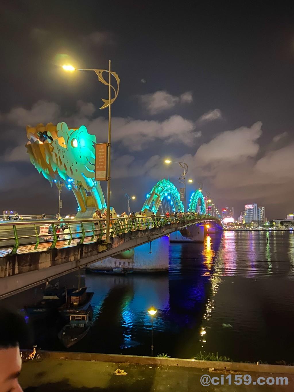ライトアップされたダナンのドラゴンブリッジ