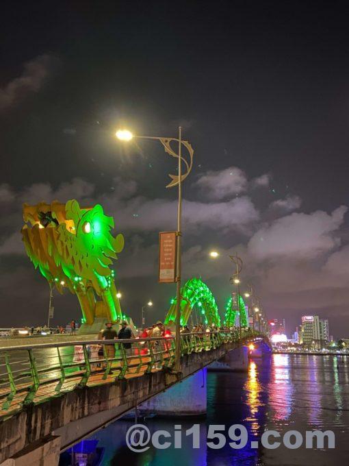 緑色にライトアップされたドラゴンブリッジ