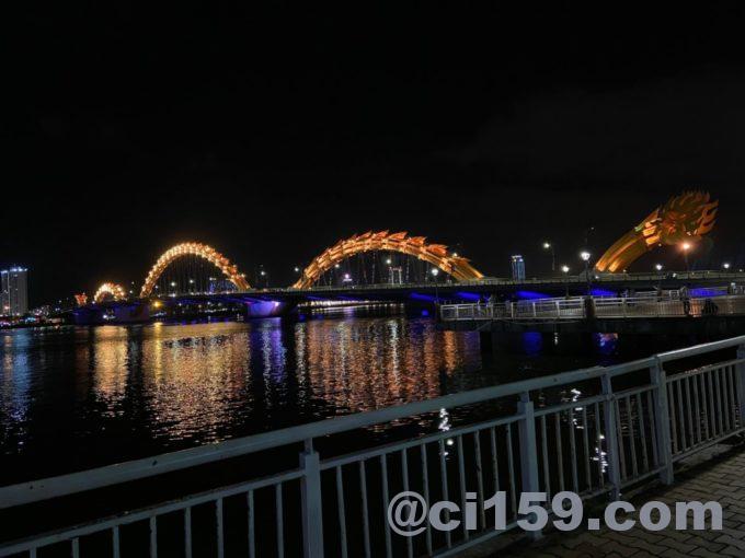 ライトアップされたドラゴンブリッジ