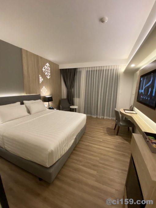 Hotel Amber Pattayaのダブルベッド