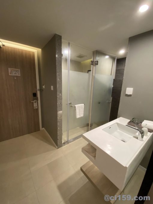 Hotel Amber Pattayaの洗面台