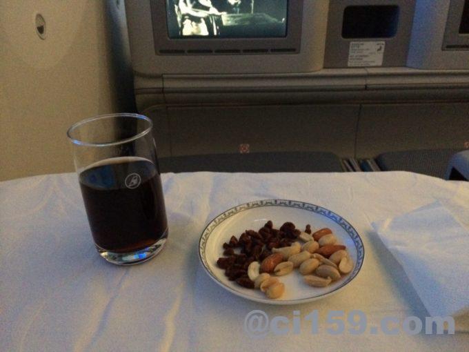 中国南方航空ビジネスクラスのウェルカムドリンクとスナック