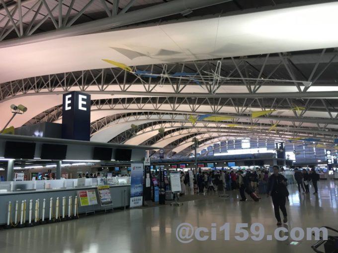 関西国際空港チェックインカウンター