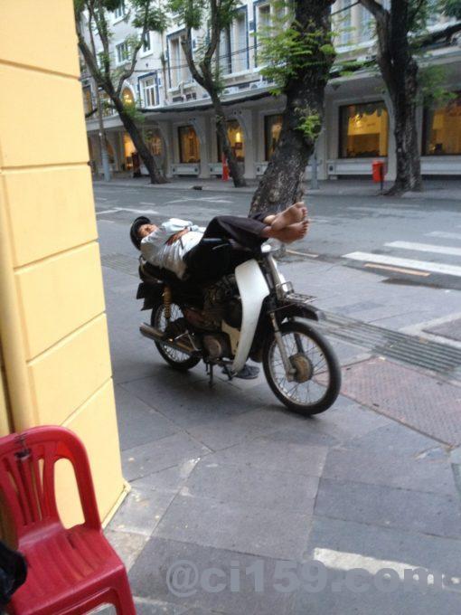 バイクで寝る人