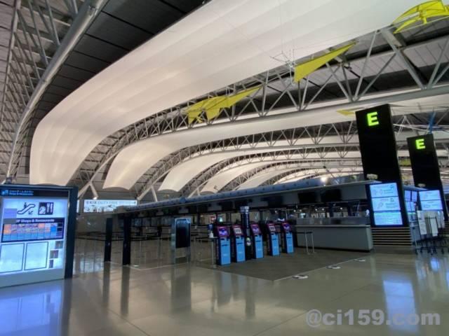 関西国際空港の国際線出発カウンター