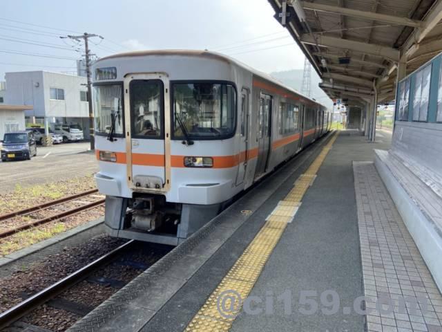 紀伊長島駅に停車中のキハ25系