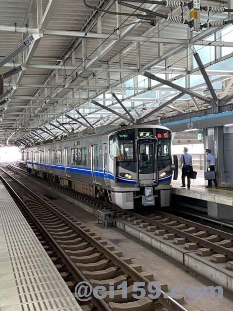福井駅に停車中の北陸本線521系