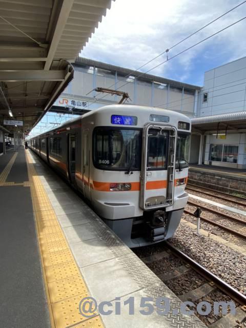 亀山駅に停車中のJR東海313系快速名古屋行き