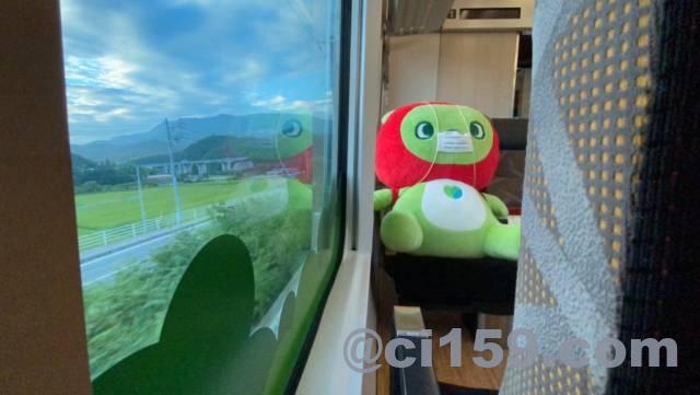 長野マスコットキャラのアルクマと車窓