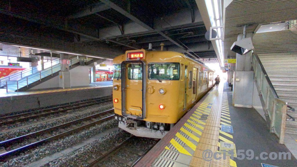 岡山駅に停車中の115系