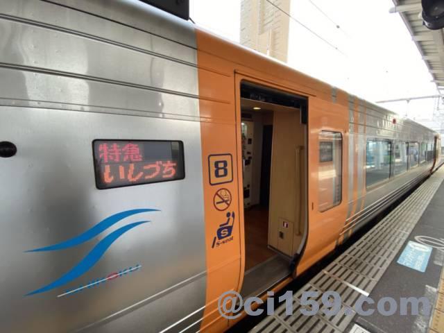 高松駅に停車中の特急いしづち