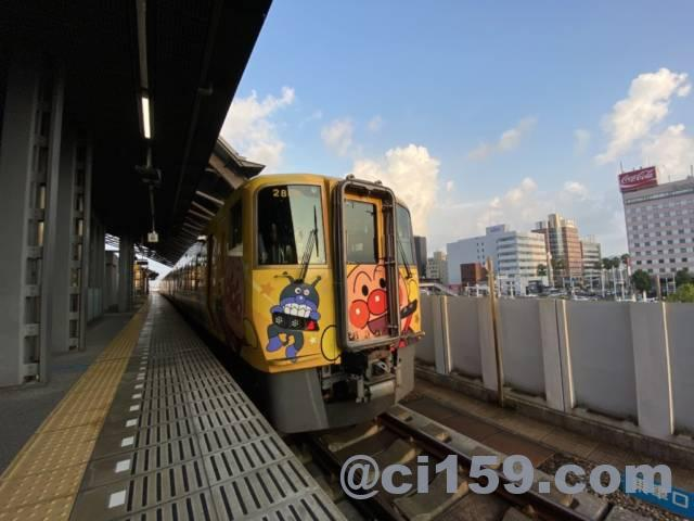 高知駅に停車中の特急南風