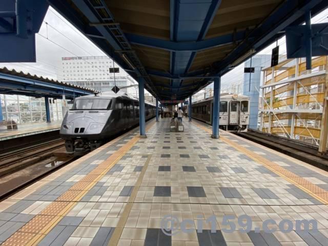 宮崎駅に停車中の特急きりしま号と特急海幸山幸