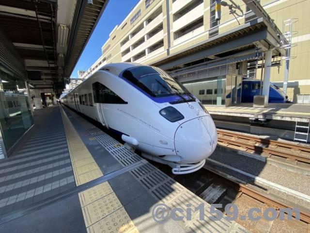 宮崎駅に停車中の885系特急白いソニック号