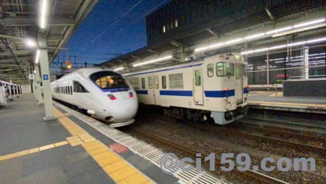 佐賀駅を出発する特急かもめ号