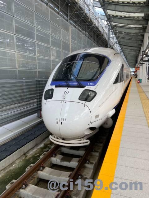 長崎駅に停車中の885系特急かもめ号