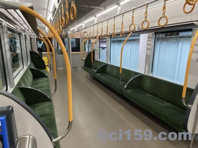 桜井線227系の車内