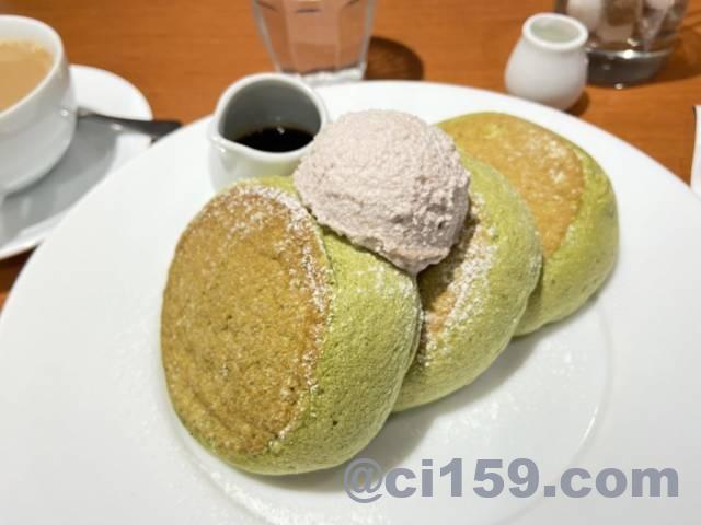 抹茶の小倉バターパンケーキ黒蜜添え