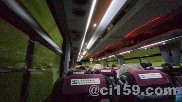 団体ツアーのバス車内