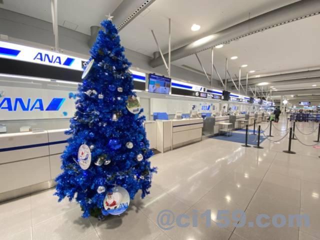 関西空港国内線カウンターのANAクリスマスツリー