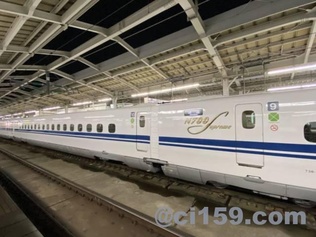 新大阪駅に停車中のN700S