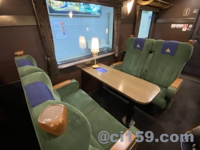 近鉄特急「青のシンフォニー」のサロン席