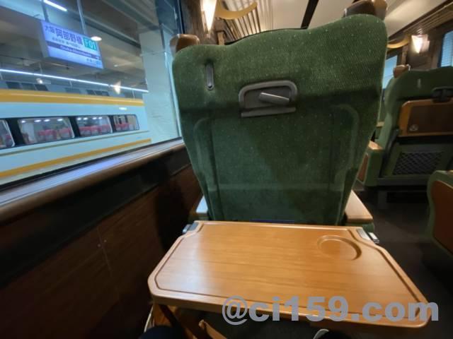 近鉄特急「青のシンフォニー」の座席