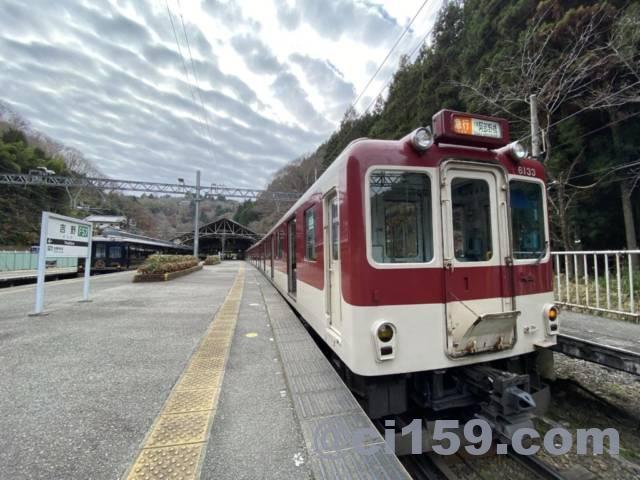 吉野駅に停車中の近鉄電車