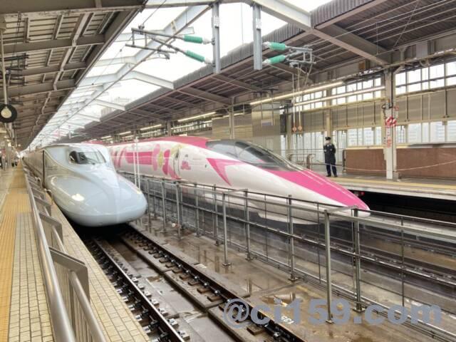 新大阪駅に停車中のHelloKitty Shinkansen