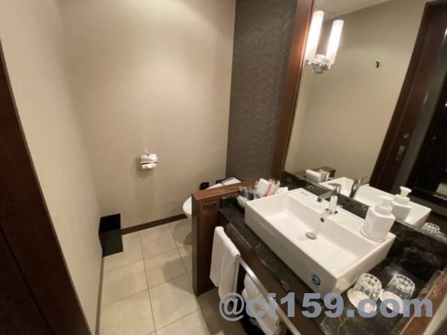 ロイヤルパークホテル福岡のトイレと洗面台