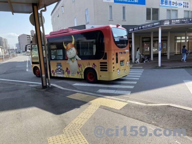 ひこにゃんが描かれたバス