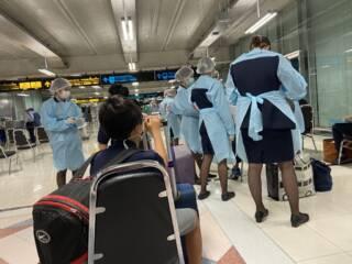 スワンナプーム空港の防護服集団