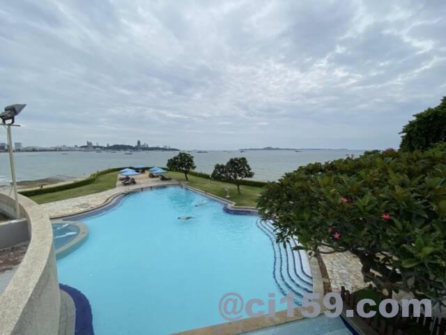 デュシタニパタヤから眺めるプールとパタヤの海