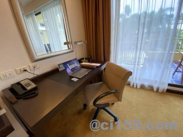 デュシタニパタヤの部屋にあるデスクと椅子
