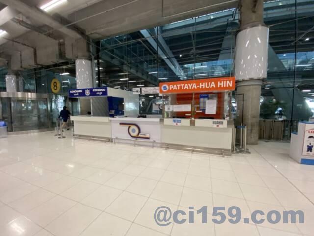 スワンナプーム空港のパタヤ行きバスチケットカウンター